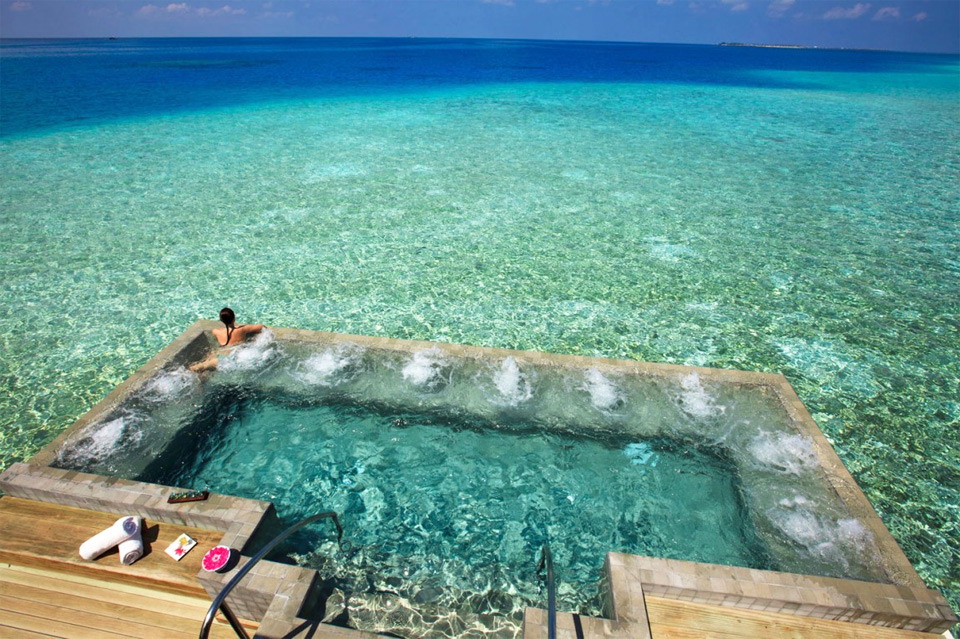 12-Amazing-Pools-beachside-pool-maldives