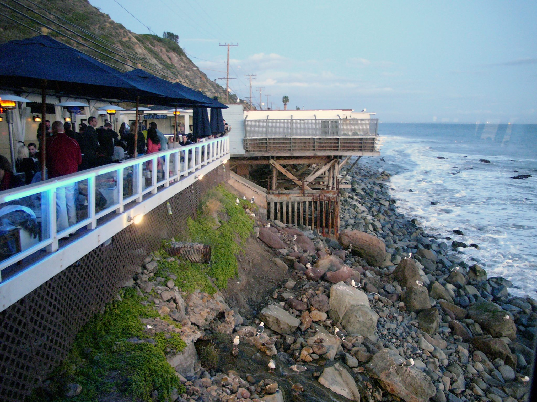 stackliving-beach-bars-moonshadows-malibu-california-01