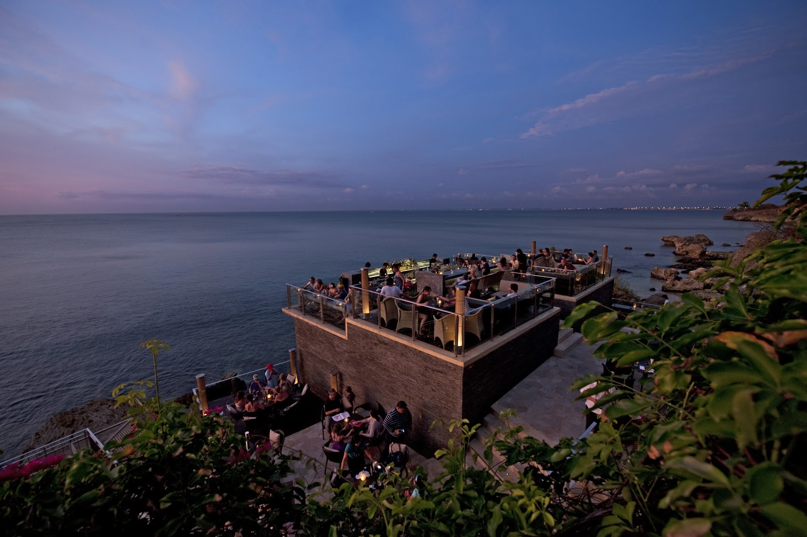 stackliving-beach-bars-rock-bar-bali-indonesia-02