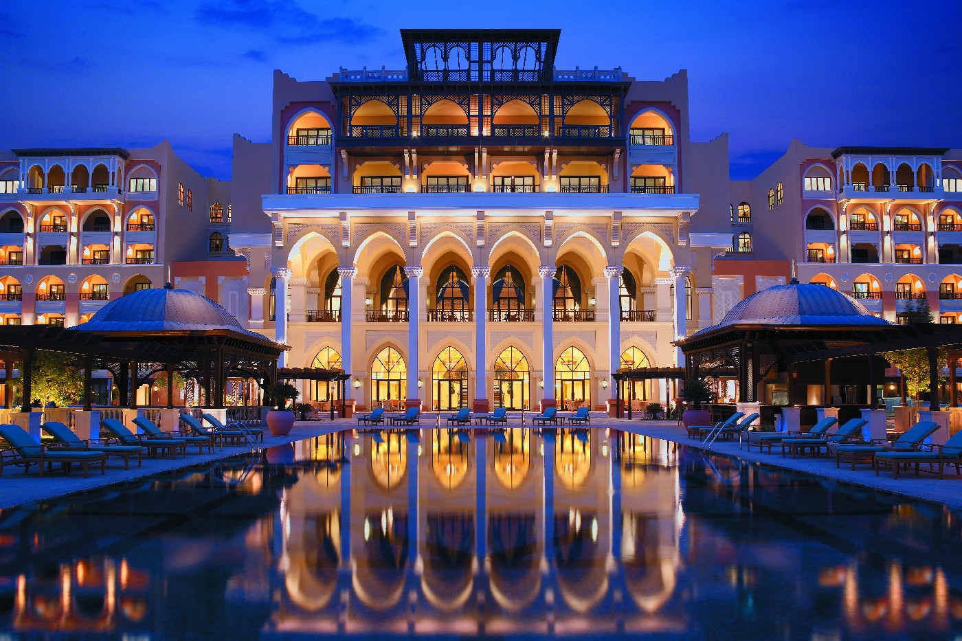 stackliving-luxurious-hotels-01-emirates-palace-abu-dhabi-03-hotel-at-night